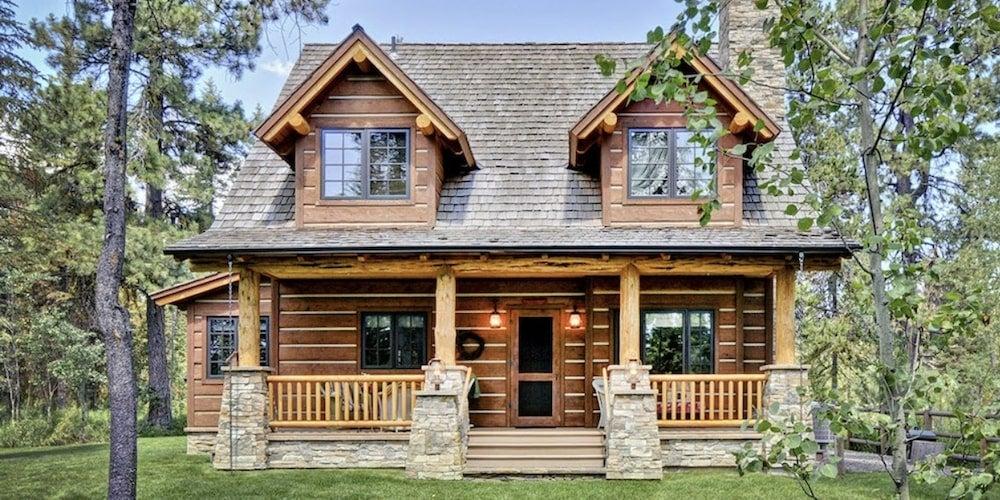 Cedar shakes on a cabin-style home