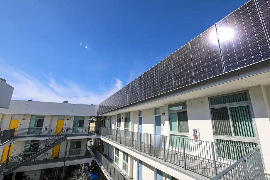 Ein erschwinglicher Wohnkomplex mit Sonnenkollektoren, die an den Einheiten angebracht sind